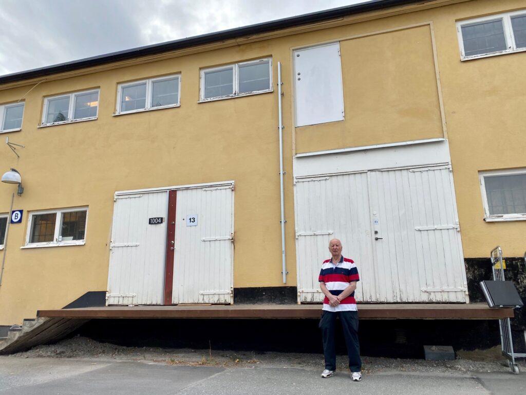 Denna bild har ett alt-attribut som är tomt. Dess filnamn är Bosse-Pettersson-framför-lastkajen-på-Hus-10-där-han-fick-hämta-ut-sin-k-pist-2-1024x768-1.jpg